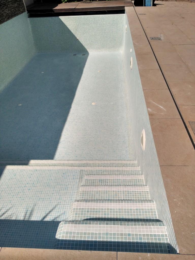 Mantenimiento del gresite archivos piscinas el melenas for Colocar gresite piscina